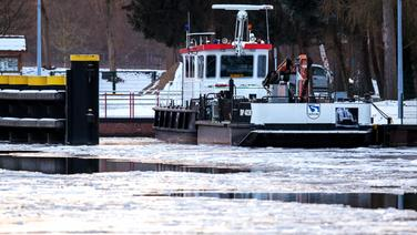 Ein Arbeitsschiff liegt auf dem Elbe-Lübeck-Kanal in der Nähe der Schleuse Witzeeze im Eis. © dpa-Bildfunk Foto: Jens Büttner