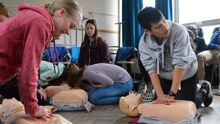 Zwei Schüler üben an einer Puppe die Herzdruckmassage. © NDR Foto: Anne Passow