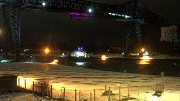 Eine Schwebefähre über dem Nord-Ostsee-Kanal nach einer Kollision mit einem Frachter. © NDR