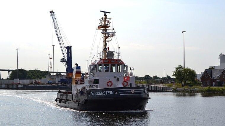 """Der Schlepper """"Falkenstein"""" pendelt zwischen Nord-und Südanleger des Nord-Ostseekanals. © NDR Fotograf: Christian Nagel"""