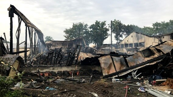 Großfeuer in Schenefeld: Feuer in Tennis-Center