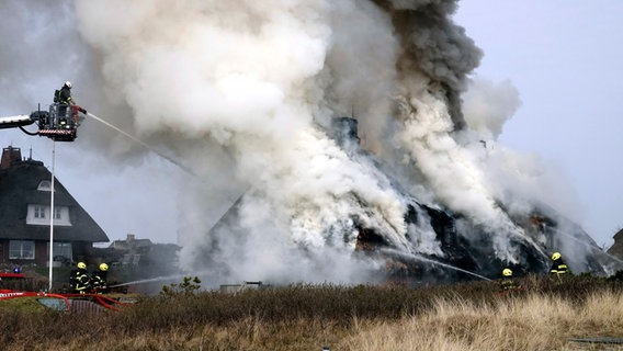 list auf sylt reetdachhaus am meer in flammen nachrichten schleswig holstein. Black Bedroom Furniture Sets. Home Design Ideas
