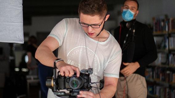 Louis Bennies mit der Kamera am Filmset. © Louis Bennies