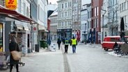 Kontrolleure laufen durch die leere Flensburger Innenstadt. © IMAGO / Willi Schewski Foto: Willi Schewski