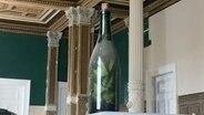Die in einem Pfeiler gefundene verstaubte alte Flasche aus Glückstadt. © Stadt Glückstadt
