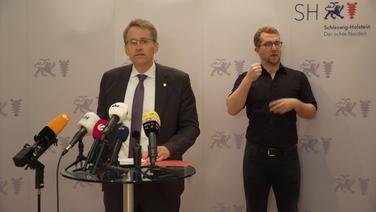 Daniel Günther hält eine Pressekonferenz.   NDR