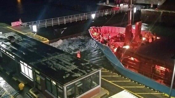 Ein Frachter steht nach einer Havarie vor dem geschlossenen Schleusentor des Nord-Ostsee-Kanals in Kiel-Holtenau. © NDR Foto: Christian Wolf