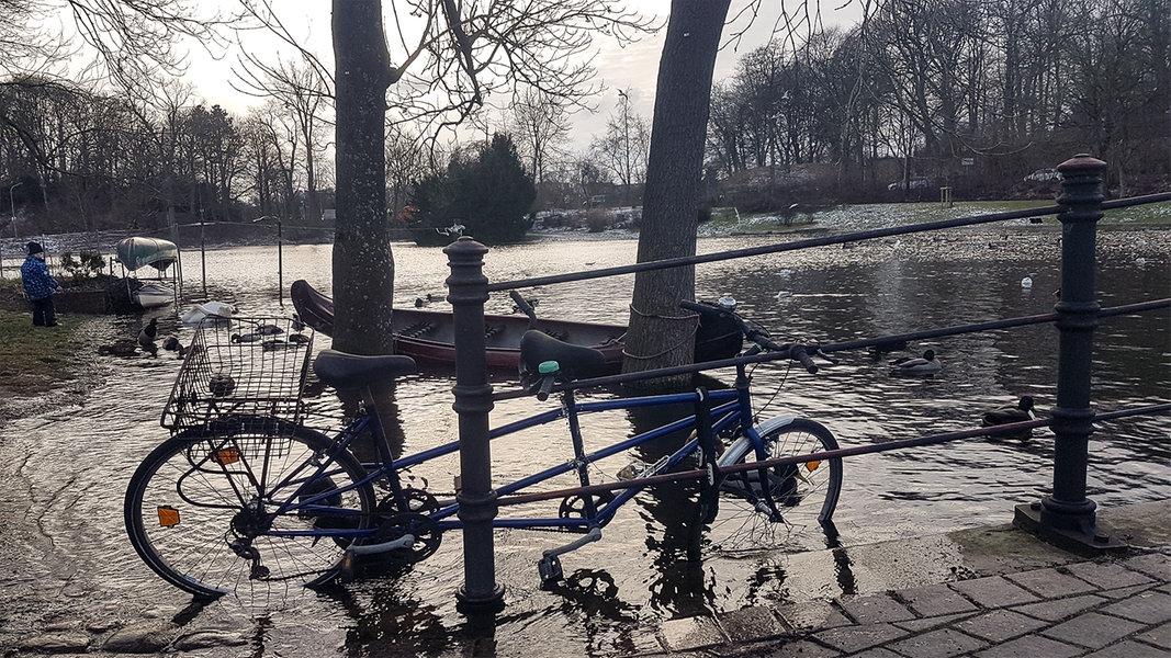 Sturmböen an der Ostsee lassen Wasser über die Ufer treten - NDR.de