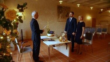 Ein Brautpaar steht während der Corona-Krise vor dem Traualtar, im Hintergrund sind leere Stühle. | Schleswig-Holstein Magazin