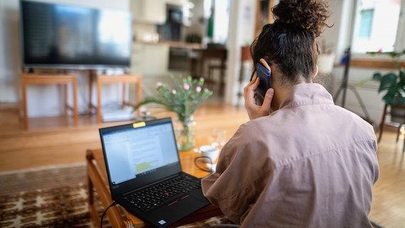 Eine Frau sitzt zu Hause am Laptop und arbeitet. © Picture Alliance Foto: Sebastian Gollnow