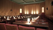 In einem Kinosaal stehen rote Kinosessel und der Saal ist hell erleuchtet. © NDR Foto: Hauke Bülow