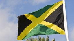 Die Flagge von Jamaika weht im Wind. © imago/McPhoto