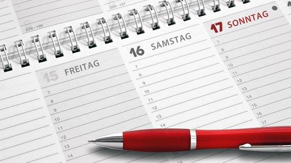 Ein Stift liegt auf einem Kalender © fotolia Fotograf: kamasigns