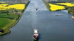 Schiffe befahren den Nord-Ostsee-Kanal. © dpa Fotograf: Carsten Rehder
