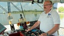 """Der Kapitän der Kanalfähre """"Strahlsund"""" auf der Brücke seines Schiffes. © NDR Foto: Daniel Kummertz"""