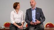Simone Lange, Oberbürgermeisterin von Flensburg, und Alexander Ahrens, Oberbürgermeister von Bautzen, sprechen bei einem Pressetermin. © dpa-Bildfunk Foto: Sebastian Willnow