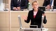 Die Ministerin für Bildung, Wissenschaft und Kultur Karin Prien am Redner*innenpult. © NDR Foto: NDR