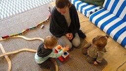 Kinder und Eltern gemeinsam in der Elterninitiative Rockzipfel in Kiel. © NDR Foto: Anina Laura Pommerenke