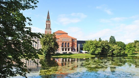 Kleine Kiel with the Opera House and Town Hall Tower in the background © NDR Photo: Berit Ladewig