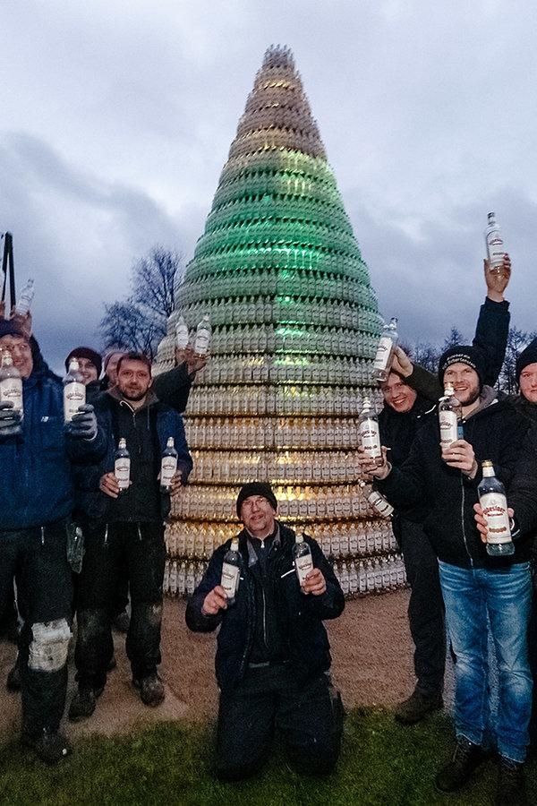 Kornflaschenbaum bringt 1.500 Euro für Hand in Hand