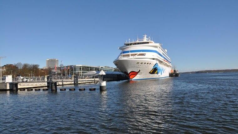 """Die """"AIDAcara"""" liegt am 4. April 2015 im Ostseehafen von Kiel und eröffnet damit die Kreuzfahrtsaison in der Landeshauptstadt. © NDR Fotograf: Anne Passow"""