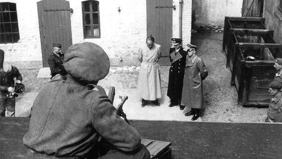 Die drei Gefangenen Albert Speer, Karl Dönitz und Alfred Jodl werden von britischen Soldaten bewacht. ©  picture-alliance/ dpa