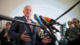 Wolfgang Kubicki, stellvertretender FDP-Bundesvorsitzender, äußert sich vor mehreren Mikrofonen vor der Presse. © dpa Foto: Bernd von Jutrczenka