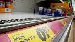 Im Kühlregal eines Lebensmitteldiscounters ist eine Lücke zu sehen. © dpa / Alexander Becher Foto: Alexander Becher