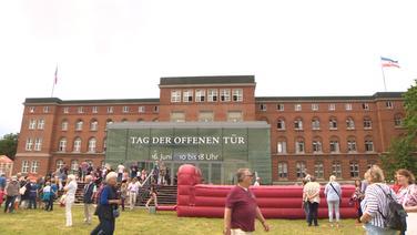 Viele Menschen tummeln sich vor dem Kieler Landtag. | NDR