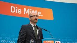 CDU-Generalsekretär Peter Tauber äußert sich in Berlin in der CDU-Zentrale nach dem Bekanntwerden der ersten Hochrechnung zur Landtagswahl in Schleswig-Holstein. © dpa-Bildfunk Foto: Paul Zinken