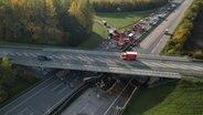 Eine Drohnenaufnahme von einer Unfallstelle unter einer Autobahnbrücke. © Hansi Kahts Foto: Hansi Kahts