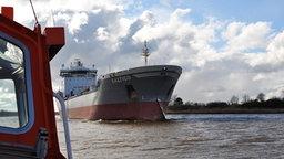 Ein Gastanker auf dem Nord-Ostsee-Kanal vom Lotsenboot aus gesehen. © NDR Foto: Frank Hajasch