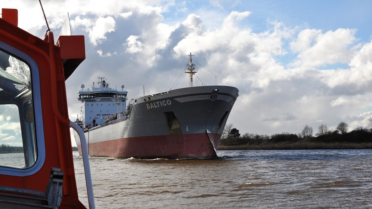 Ein Gastanker auf dem Nord-Ostsee-Kanal vom Lotsenboot aus gesehen. © NDR Fotograf: Frank Hajasch