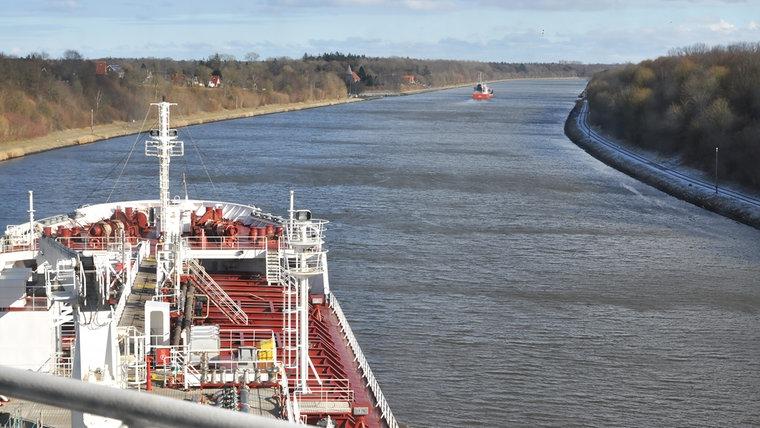 Der Gastanker Baltico fährt durch eine Kanalkurve. © NDR Foto: Frank Hajasch