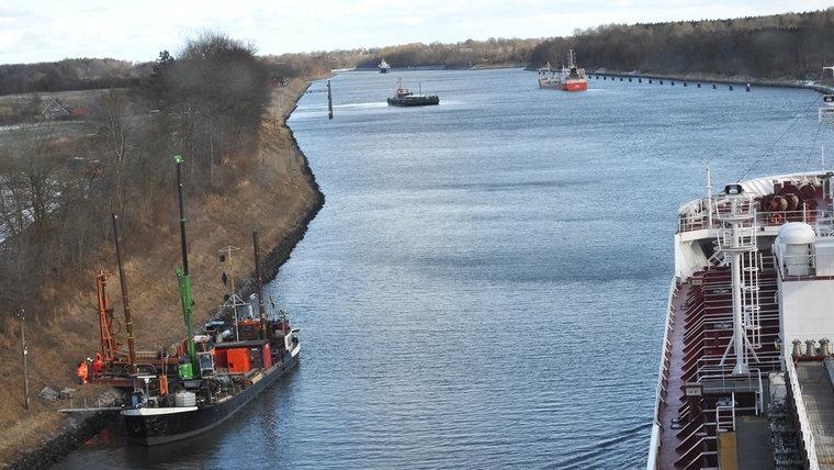 Langsame Fahrt auf dem Nord-Ostsee-Kanal zwischen Großkönigförde und Schinkel. © NDR Foto: Frank Hajasch