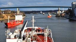 Vor der Holtenauer Hochbrücke und Schleuse staut sich der Schiffsverkehr. © NDR Foto: Frank Hajasch