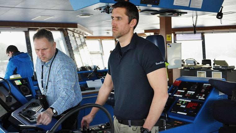 Lotse Martin Finnberg übergibt auf der Schiffsbrücke das Kommando an Kapitän Tobias Tofftröp. © NDR Foto: Frank Hajasch