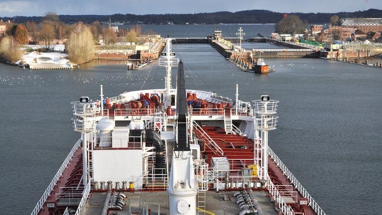 Blick auf den Bug des Tankers Baltico kurz vor der Holtenauer Schleuse. © NDR Foto: Frank Hajasch