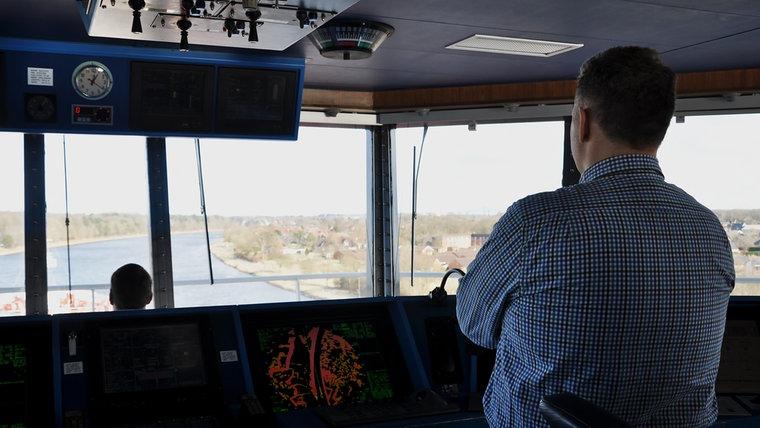 Lotse Martin Finnberg überblickt den Kanal von der Schiffsbrücke aus. © NDR Foto: Frank Hajasch