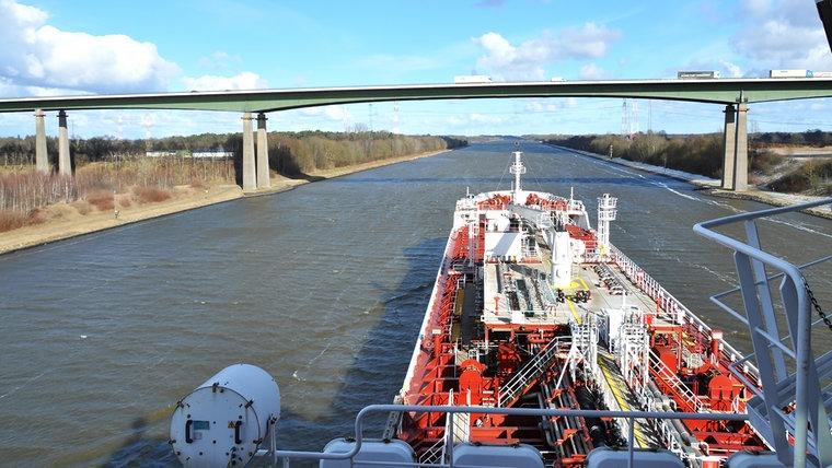 Blick von der Schiffsbrücke auf den Kanal und eine Brücke. © NDR Foto: Frank Hajasch