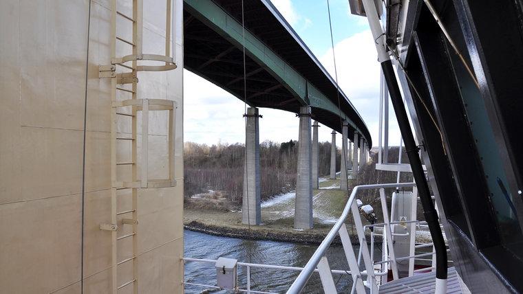 Der Gastanker Baltico fährt unter einer Brücke hindurch. © NDR Foto: Frank Hajasch