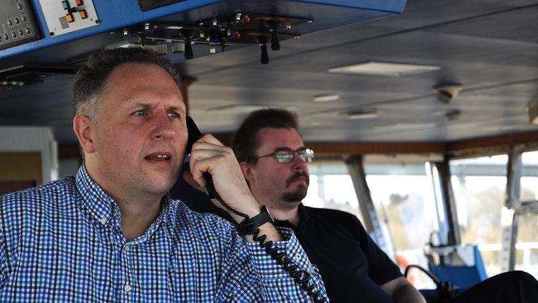 Lotse Martin Finnberg am Schiffstelefon auf der Brücke. © NDR Fotograf: Frank Hajasch