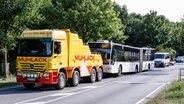 Ein Linienbus, in dem am Nachmittag ein Fahrgast Mitreisende mit einem Messer angriff, wird am Abend vom Tatort abgeschleppt. © dpa-Bildfunk Fotograf: Markus Scholz