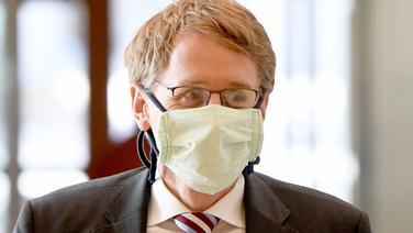 Der Ministerpräsident von Schleswig-Holstein Daniel Günther trägt einen medizinischen Mund-Nasenschutz | DPA Bildfunk