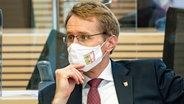 Der Ministerpräsident von Schleswig-Holstein Daniel Günther trägt einen medizinischen Mund-Nasen-Schutz. © DPA Bildfunk Foto: Axel Heimken