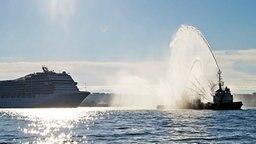 """Die MSC """"Poesia"""" wird in Ihrem neuen Heimathafen begrüßt © NDR Fotograf: Eric Klitzke"""