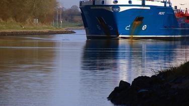 Ein Schiff passiert eine der schmalsten Stellen im Nord-Ostsee-Kanal in Höhe Landwehr-Fähre. © NDR