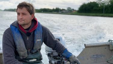 Fischer Thomas Philipson bei seiner Arbeit auf dem Nord-Ostsee-Kanal. © NDR Foto: Christian Wolf