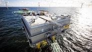 Zwei Wohnplattformen stehen inmitten eines Offshore-Windparks in der Nordsee. © imago/Lars Berg