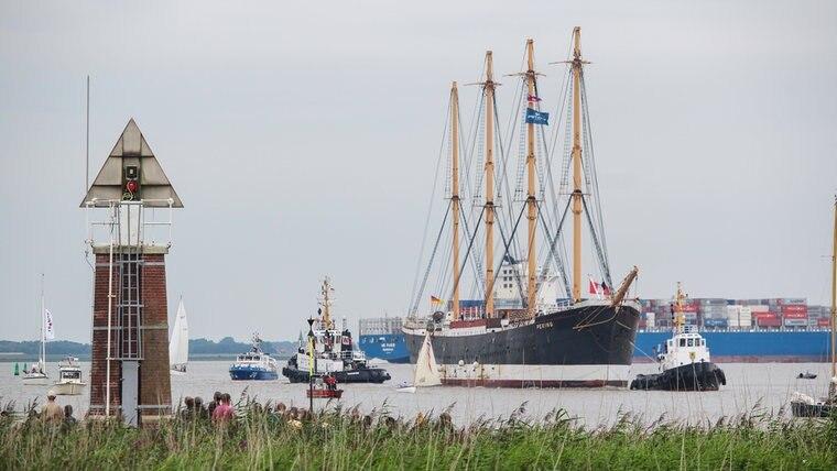 Das Schiff Peking befindet sich auf dem Wasser und wird von mehreren Schiffen begleitet. © Daniel Koch Fotograf: Daniel Koch